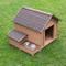 Confortevole cuccia in legno per cani con tetto spiovente, area pappa rialzata, vano conte...